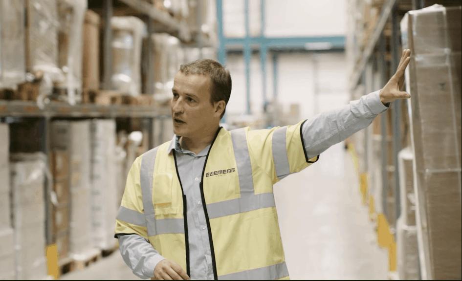 En mand med gul vest konstruerer AutoStore-gitteret