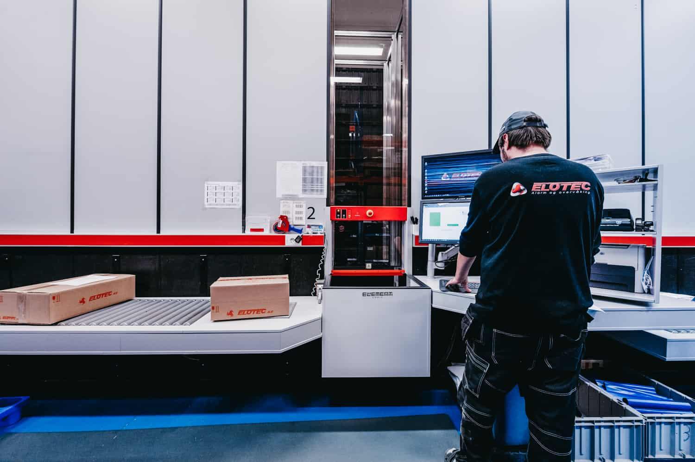 En medarbejder håndterer ordrene fra AutoStore.