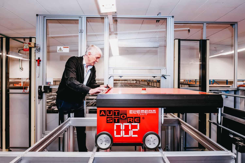 Jan Kleven arbejder på en af AutoStore-robotterne.