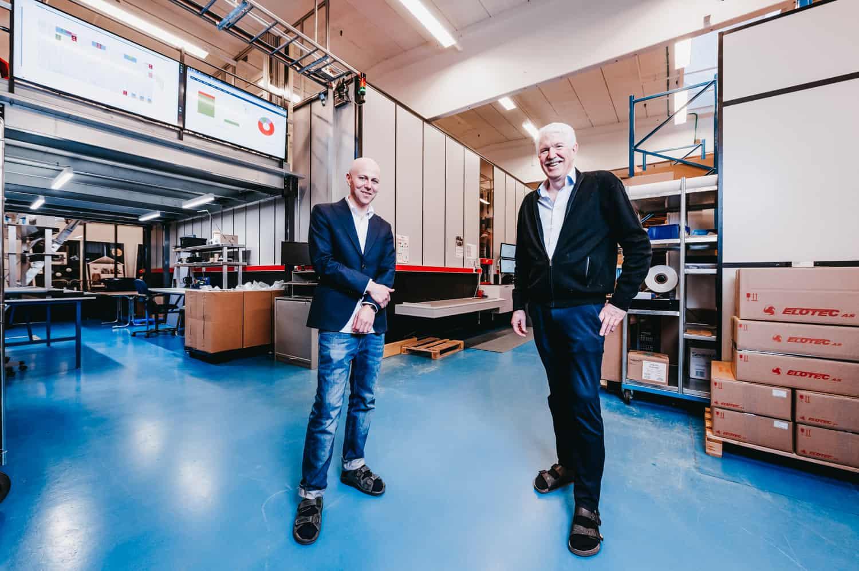Roger Furnes og Jan Kleven stående inde i Elotec-lageret.
