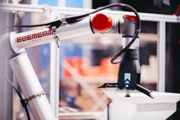 Robotarm på AutoStore karruselport.