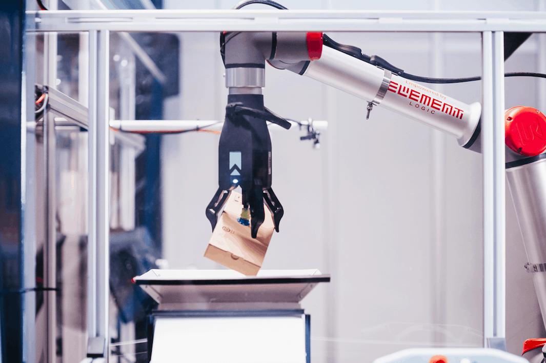 Robotarm plukker brun boks fra AutoStore.