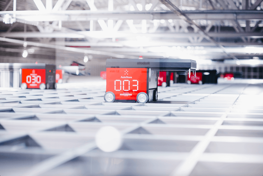 Red Line AutoStore-robotter på gitter ved Solars lager.